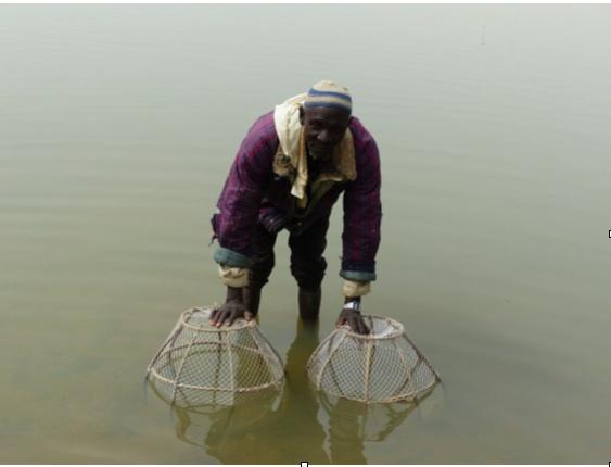 Le pêcheur Harouna Wahari avec ses cages (PHOTO: ClimateReporters/Kané Illa)