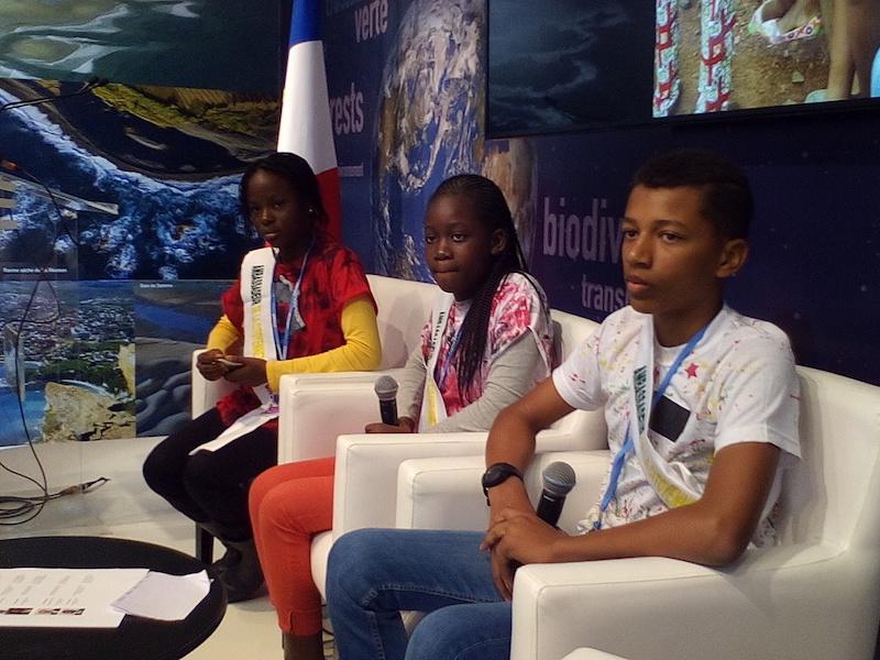 Catarina, Nehimi et Grâce au pavillon français de la COP22 Ils étaient entourés par leurs aînés.