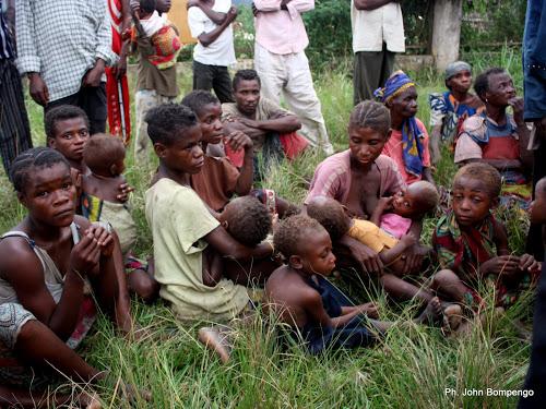 Une famille de pygmées dans un centre des déplacés de Dongo(RDC) à Betou(RCA) le 18/11/2009. Ph. Don John Bompengo