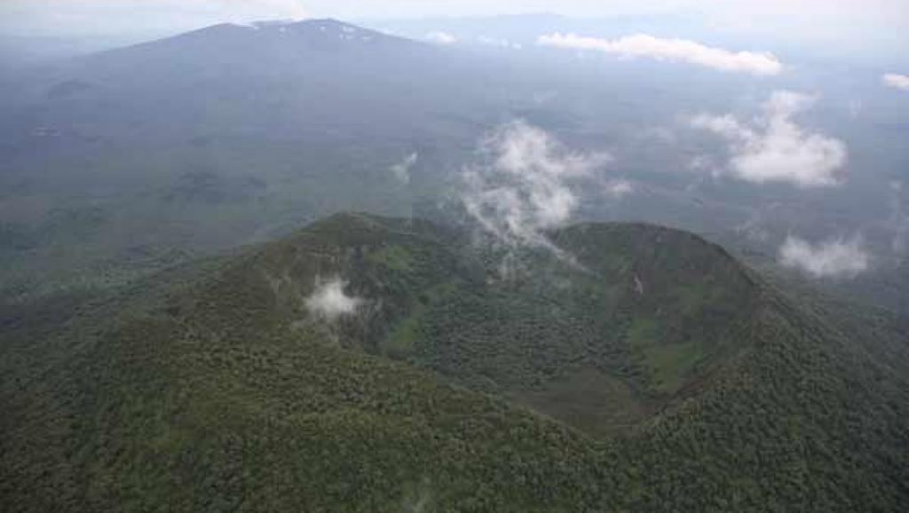 Parc Virunga, Nord Kivu, RD Congo: Vue du cratère en forme de cœur d'un volcan inactif, avec le volcan Nyamulagira visible en arrière-plan. (Photo: RFI)