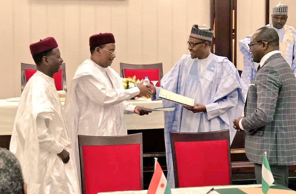 Niger's President Muhamadou Issoufou adn Nigeria's President Muhammadu Buhari after the signing ceremony