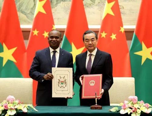 Wang Yi et Alpha Barry l'officiel burkinabé qui a rétabli les relations avec la Chine