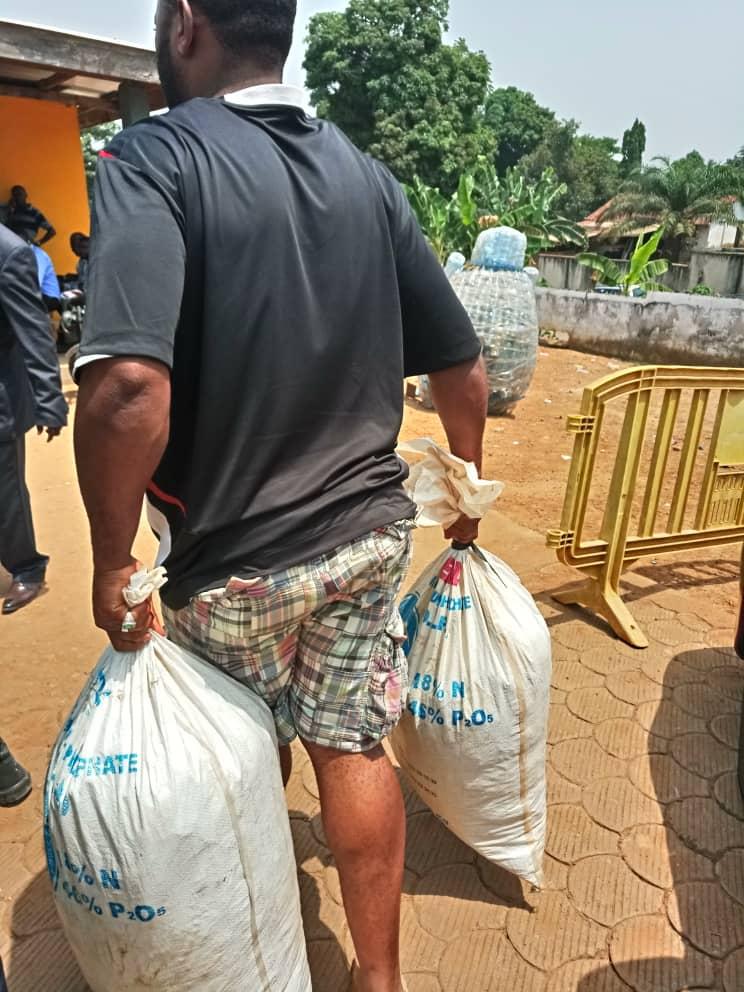 Un trafiquant transportant des sacs d'écailles de pangolin peu après son arrestation à Yaoundé.