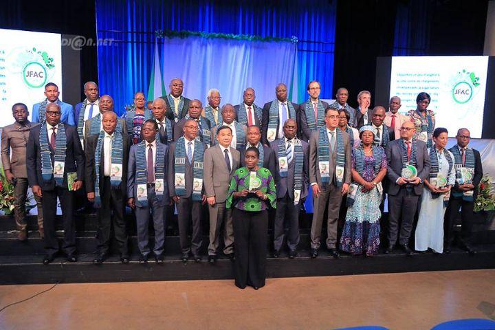 Le ministre ivoirien de l'environnement et du développement durable, Séka Séka Joseph en compagnie de l'Ambassadeur de la république populaire de Chine en côte d'Ivoire et des membres du Réseau des experts africains sur l'écologie et les changements climatiques (REFACC)