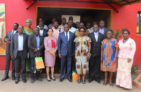Le Directeur général de l'ANADER, Dr Sidiki CISSE (au centre) entouré de membres de sa direction et des journalistes au siège de l'agence
