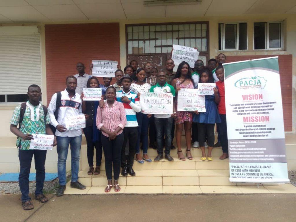: les responsables de PACJA entourés d'étudiants sensibilisés sur la pollution atmosphérique et le dérèglement climatique