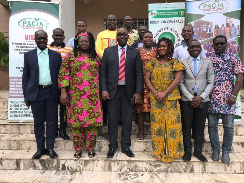 Le Directeur général de l'environnement et du développement durable, Dr Gustave ABOUA, entouré des Participants de l'atelier de validation de l'étude préliminaire portant sur la mise en œuvre des Contributions Déterminées Nationales (CDN)